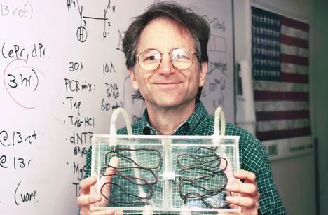 Leonard Adleman con su computadora basada en ADN