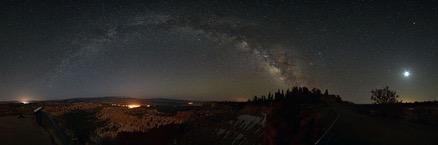 Vía Láctea y Luna sobre el Cañón Bryce. Pavel Vorobiev.  Panorama unido desde 12 tomas de 30s c/u.