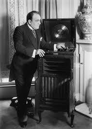 Enrico Caruso con sus discos