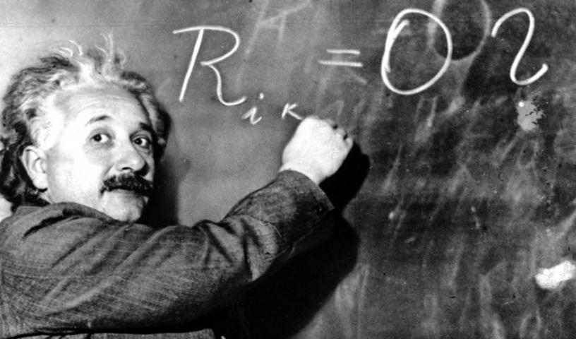 Foto de archivo de 1931 del físico escribiendo una ecuación sobre la densidad de la Vía Láctea en el INstituto Carnegie en Pasadena. Vertical