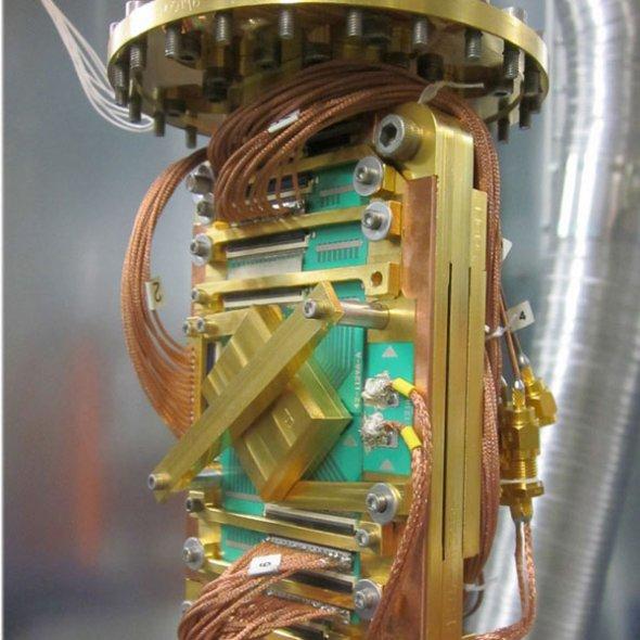 Figura 2. Vistas interiores de la computadora cuántica de D-Wave [imágenes tomadas del sitio web de la compañía]