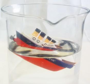 """Fig.1: El Titanic hundiéndose, experimento preparado por F. Bagnoli en el marco """"la fisica di tutti i giorni"""""""