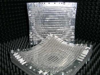 Los metamateriales son materiales artificiales, construidos mediante inclusiones periódicas de metales y dieléctricos, que tienen unas propiedades electromagnéticas u ópticas únicas y controlables a voluntad.