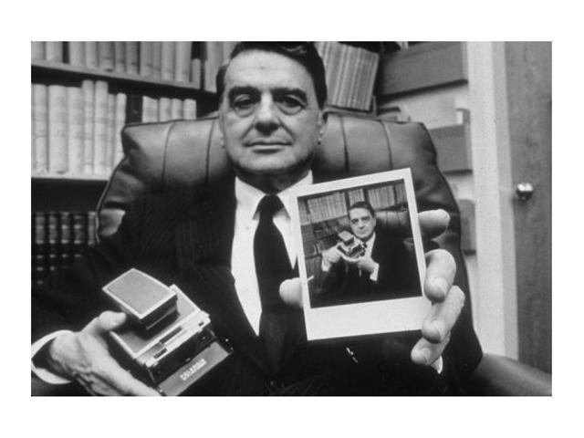 Edwin Land. Se preguntó ¿por qué no podemos ver ahora las fotos que hemos tomado? e inventó la primera foto Polaroid.