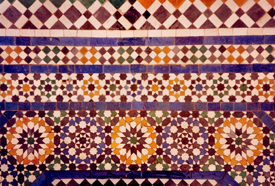 Figura 8. Teselado formado con diversas figuras geométricas en Marrakech, Marruecos.
