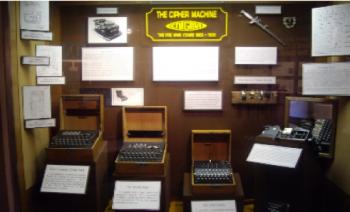 Tres máquinas de escribir Enigma (exhibidas en el museo nacional de Criptología de Washington D.C, EUA)