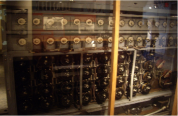 Máquina electromecánica llamada Bomb, ideada por Turing para vulnerar Enigma (exhibida en el museo nacional de Criptología de Washington D.C, EUA)