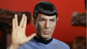 Leonard Nimoy como el Dr. Spock, un híbrido terrestre-vulcaniano [16]