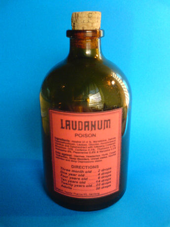 Foto 2.- Frasco de 100 ml de láudano. Autor: Cydone. Fuente: Wikimedia Commons (https://commons.wikimedia.org/wiki/File:Laudanum_poison_100ml_flasche.jpg?uselang=es).