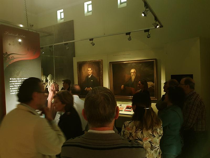 Alejandro Cabeza y Beatriz Patiño directora del Museo al fondo durante el evento