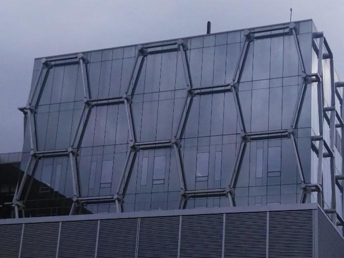 Figura 6b. Figura 6. Edificio del Institute for Quantum Computing de la Universidad de Waterloo